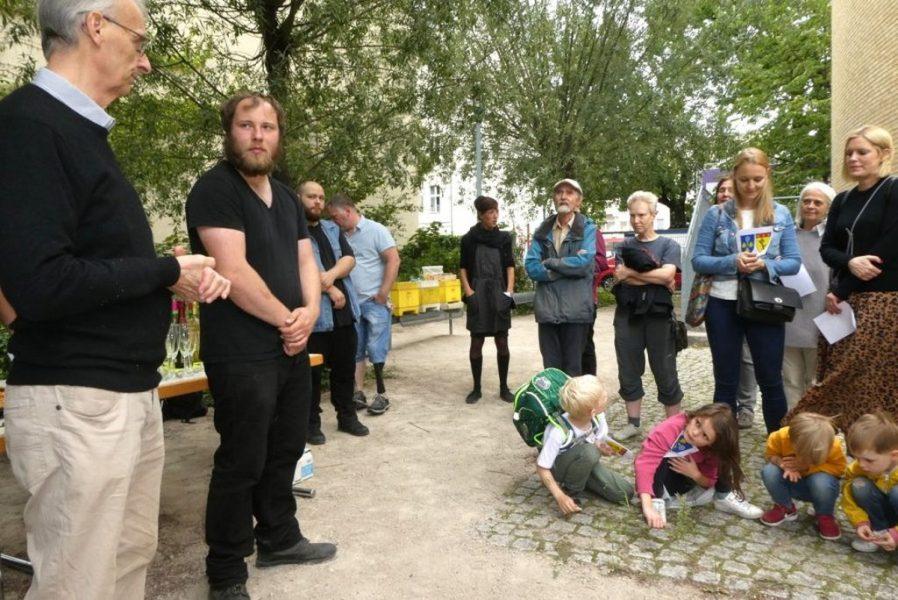 Schulbienen 2019 an der Peter A. Silbermann Schule - Die Schulimker links, die Nachbarn rechts
